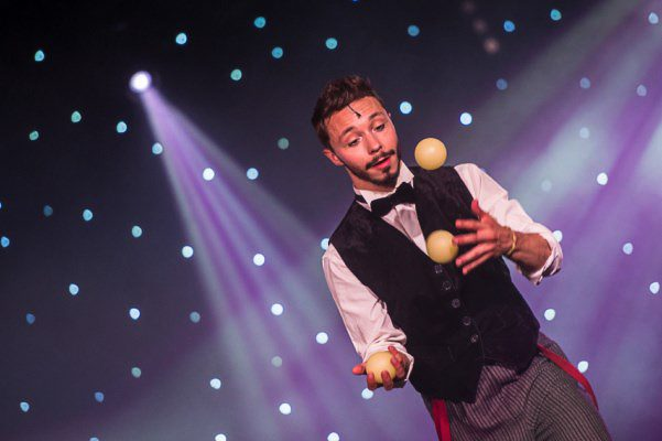 jongleur chanteur danseur du Music-hall